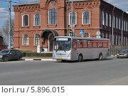 Купить «Автобус № 46 идет по улице Папивина, Клин, Московская область», эксклюзивное фото № 5896015, снято 18 апреля 2014 г. (c) lana1501 / Фотобанк Лори