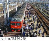 Купить «Люди вышли из поезда на станции Клин», эксклюзивное фото № 5896099, снято 18 апреля 2014 г. (c) lana1501 / Фотобанк Лори