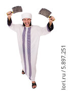 Мужчина в арабской одежде с двумя топорами для рубки мяса, изолированно на белом фоне. Стоковое фото, фотограф Elnur / Фотобанк Лори
