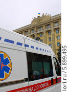 Карета скорой помощи на фоне здания с украинским флагом (2014 год). Стоковое фото, фотограф Андрей Сериков / Фотобанк Лори