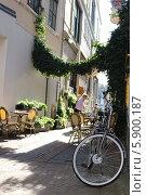 Купить «Уличное кафе», фото № 5900187, снято 16 апреля 2014 г. (c) Сергей /Томилов / Фотобанк Лори