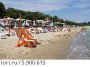 Пляжные кресла на пляже, Одесса (2013 год). Редакционное фото, фотограф Евгений Самсонов / Фотобанк Лори