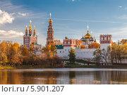 Купить «Новодевичий женский монастырь золотой осенью», фото № 5901207, снято 12 октября 2013 г. (c) Алексей Мельников / Фотобанк Лори