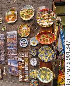 Витрина сувенирного магазина в Тоскане (2013 год). Редакционное фото, фотограф Татьяна Чечина / Фотобанк Лори
