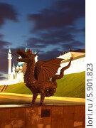 Казань. Металлическая скульптура Зиланта на фоне Казанского кремля с мечетью Кул Шариф ночью (2014 год). Редакционное фото, фотограф Natalya Sidorova / Фотобанк Лори