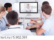 Купить «врачи общаются с коллегой по видеосвязи», фото № 5902391, снято 15 декабря 2013 г. (c) Андрей Попов / Фотобанк Лори