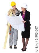 Купить «архитектор показывает чертеж строителю», фото № 5903667, снято 2 марта 2011 г. (c) Phovoir Images / Фотобанк Лори