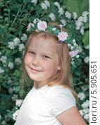 Купить «Портрет девочки с венком на голове», фото № 5905651, снято 23 мая 2013 г. (c) Светлана Самаркина / Фотобанк Лори