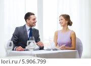 Купить «Свидание молодой влюбленной пары в ресторане», фото № 5906799, снято 9 марта 2014 г. (c) Syda Productions / Фотобанк Лори