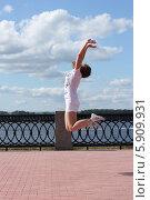 Прыжок на набережной (2012 год). Редакционное фото, фотограф Ирина Золина / Фотобанк Лори