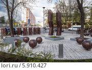 Купить «Геометрические скульптурные группы в сквере рядом с Курским вокзалом», фото № 5910427, снято 7 мая 2014 г. (c) Родион Власов / Фотобанк Лори