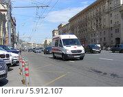Купить «Автомобиль скорой медицинской помощи идет по улице Садовое кольцо, Москва», эксклюзивное фото № 5912107, снято 8 мая 2014 г. (c) lana1501 / Фотобанк Лори