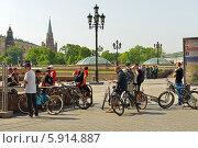 Купить «Велотуристы на Манежной площади, Москва», фото № 5914887, снято 18 мая 2014 г. (c) Валерия Попова / Фотобанк Лори