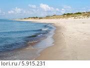 Куршская коса. Фокус на волнах, набегающих на песчаный пляж (2014 год). Редакционное фото, фотограф Svet / Фотобанк Лори