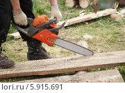 Купить «Работа ручной бензопилой», эксклюзивное фото № 5915691, снято 13 мая 2014 г. (c) Dmitry29 / Фотобанк Лори