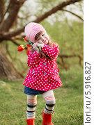 Купить «Девочка с тюльпанами в парке», фото № 5916827, снято 26 апреля 2014 г. (c) Майя Крученкова / Фотобанк Лори