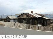 Купить «Старый одноэтажный деревянный домик с покосившимся забором на острове Русский, Владивосток», эксклюзивное фото № 5917439, снято 16 мая 2014 г. (c) Алексей Гусев / Фотобанк Лори