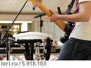 Купить «Музыкант с электрической бас-гитарой. Фон», фото № 5918103, снято 18 мая 2014 г. (c) Александр Степанов / Фотобанк Лори