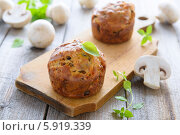 Купить «Закусочные маффины с шампиньонами», фото № 5919339, снято 5 апреля 2014 г. (c) Марина Славина / Фотобанк Лори