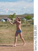 Пятнадцатилетний подросток играет в бадминтон. Стоковое фото, фотограф Вячеслав Зеленин / Фотобанк Лори