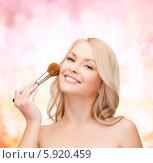 Очаровательная блондинка наносит румяна кисточкой для макияжа. Стоковое фото, фотограф Syda Productions / Фотобанк Лори