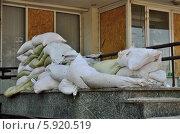 Купить «Баррикады из мешков песка», фото № 5920519, снято 17 мая 2014 г. (c) Евгений Струков / Фотобанк Лори