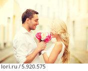 Купить «Молодой человек дарит букет цветов своей девушке на свидании в городе», фото № 5920575, снято 14 июля 2013 г. (c) Syda Productions / Фотобанк Лори
