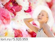 Купить «Красивая девушка в белой летней шляпе с широкими полями весело смеется», фото № 5920959, снято 19 июня 2013 г. (c) Syda Productions / Фотобанк Лори