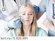 Девушка в клинике на приеме у пластического хирурга. Стоковое фото, фотограф Syda Productions / Фотобанк Лори