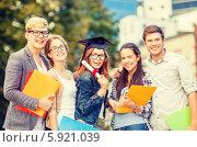 Купить «Группа студентов с папками радуется окончанию учебного года», фото № 5921039, снято 15 сентября 2013 г. (c) Syda Productions / Фотобанк Лори