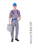 Купить «строитель держит чемодан с инструментами и чертежи», фото № 5923191, снято 17 декабря 2013 г. (c) Андрей Попов / Фотобанк Лори