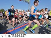 Купить «Участники Московского полумарафона на старте», фото № 5924927, снято 18 мая 2014 г. (c) Stockphoto / Фотобанк Лори