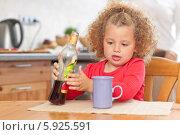 Купить «Красивая маленькая кудрявая девочка наливает из бутылки сок», фото № 5925591, снято 11 июля 2020 г. (c) BE&W Photo / Фотобанк Лори