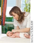 Купить «Неонатолог проверяет сосательный рефлекс у новорожденного ребенка», фото № 5925639, снято 19 марта 2019 г. (c) BE&W Photo / Фотобанк Лори