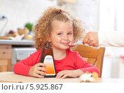 Веселая девочка принимает лекарство в форме сладкого сиропа. Редакционное фото, агентство BE&W Photo / Фотобанк Лори