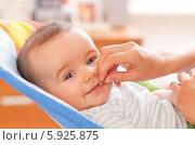 Мама дает младенцу пилюлю. Стоковое фото, агентство BE&W Photo / Фотобанк Лори