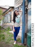 Молодая девушка на фоне старого деревянного дома. Стоковое фото, фотограф Момотюк Сергей / Фотобанк Лори