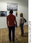 Купить «Мужчина и женщина изучают экспонаты выставки», эксклюзивное фото № 5931219, снято 22 мая 2014 г. (c) Родион Власов / Фотобанк Лори
