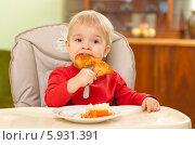 Купить «Очаровательная кроха ест самостоятельно», фото № 5931391, снято 18 октября 2018 г. (c) BE&W Photo / Фотобанк Лори