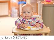 Купить «Веселая маленькая девочка в детском стуле ест сваренные вкрутую яйца», фото № 5931483, снято 16 июля 2019 г. (c) BE&W Photo / Фотобанк Лори