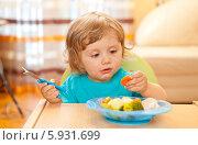 Купить «Хорошенькая рыжеволосая девочка обедает, сидя в детском стуле», фото № 5931699, снято 27 марта 2011 г. (c) BE&W Photo / Фотобанк Лори