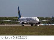Самолет Boeing 737-800 Международных Авиалиний Украины на взлетно-посадочной полосе (2014 год). Редакционное фото, фотограф Артур Буйбаров / Фотобанк Лори