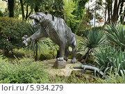 Купить «Тигр. Скульптура из металлических полос. Город Сочи», эксклюзивное фото № 5934279, снято 15 апреля 2014 г. (c) Dmitry29 / Фотобанк Лори