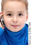 Улыбающийся мальчик говорит по телефону. Стоковое фото, фотограф Nikolay Kostochka / Фотобанк Лори