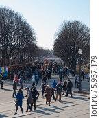 Торговые ряды в парке на Масленицу (2014 год). Редакционное фото, фотограф Алексей Меньшиков / Фотобанк Лори