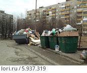 Переполненые контейнеры в Мурманске (2014 год). Редакционное фото, фотограф OlgaM. / Фотобанк Лори