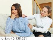 Купить «Мать и дочь после ссоры», фото № 5938631, снято 17 апреля 2014 г. (c) Яков Филимонов / Фотобанк Лори
