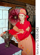 Купить «Девушка в русском народном костюме с самоваром», фото № 5939043, снято 23 июня 2013 г. (c) ElenArt / Фотобанк Лори