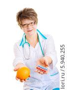 Купить «Женщина-врач держит апельсин и упаковку таблеток», фото № 5940255, снято 9 марта 2008 г. (c) Владимир Сурков / Фотобанк Лори