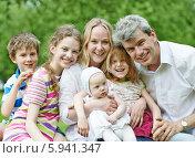 Купить «Семья с детьми на открытом воздухе», фото № 5941347, снято 18 мая 2014 г. (c) Дмитрий Калиновский / Фотобанк Лори